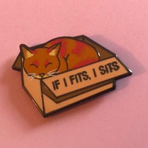 Kawaii If I Fits I Sits Cat Kitten FREE P/&P Retro Enamel Pin Badge Gift