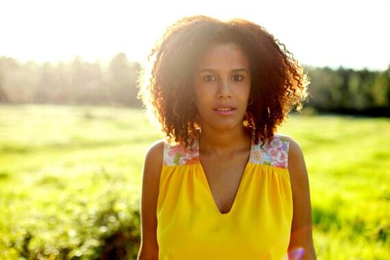 Top Juliette, Je t aime jaune. Débardeur en tissu crêpe jaune mimosa et imprimé japonais fleurs de Sakura