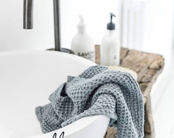 Linnen wafel badhanddoeken. Hand, gezicht en lichaam handdoeken voor de badkamer of keuken in blauwachtig grijze kleur, gezwollen.