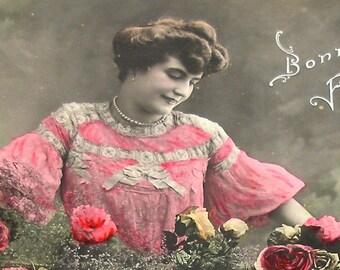 des années 1900 Français carte postale, Dame en rose avec des roses, carte postale CPPR, Sepia.
