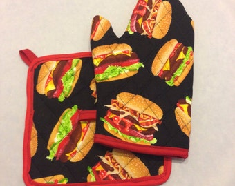 Black cheeseburger print insulated/quilted oven mitt and pot holder set