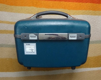 Very Nice Vintage AMERICAN TOURISTER  Hard Shell Train CASE in Emerald Green/Teal