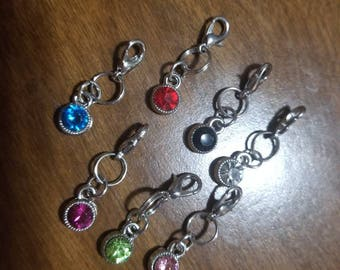 Set of removable stitch markers.