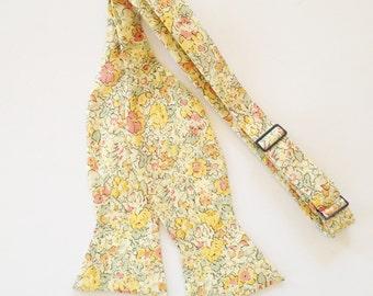Noeud papillon jaune, Liberty de Londres cravate jaune Floral cravate, cravate, cravate homme jaune, jaune floral cravate, cravate jaune personnalisé, liens de garçons d'honneur