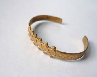 Vintage brass gold bracelet cuff. Small child size bracelet with geometric detail.