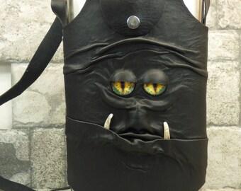 Monster-Kolben schwarz Leder mit abnehmbarer Hülle Schultergurt Gürtel Schleife 64 oz Extra große Halloween Zubehör 58