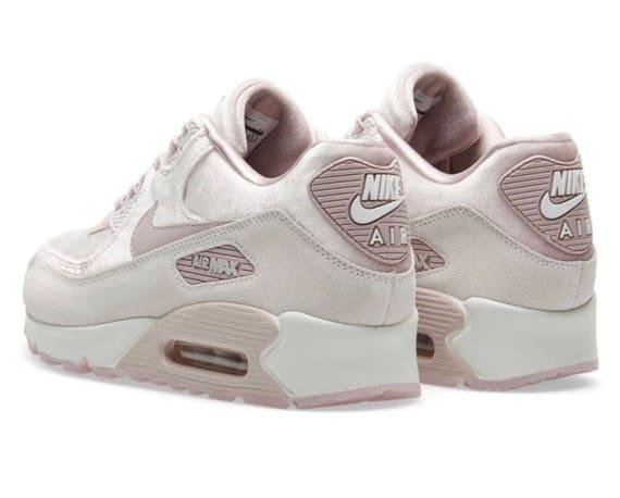 Nike Air Max 90 LX velours - Rose/gris/blanc de la particule personnalisé  avec des cristaux SWAROVSKI®