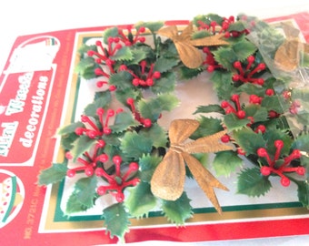 retro mini wreath decorations; package tie-ons; yesteryears Christmas holiday decor; new NIB Commodore collectible, gift dicor