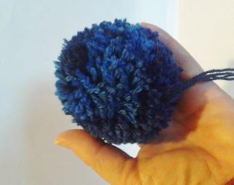 gros pompon bleu foncé