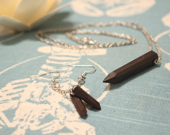 Set of necklace and earrings made of wood