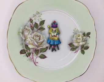Alice in Wonderland Crown Thrown Display 3D Square Green Display Plate White Rose Sculpture for Wall Decor Birthday Wedding Anniversary Gift