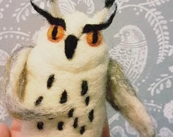 Needle Felted White OWL, Waldorf woodland figurine, wise owl miniature, waldorf toy, collectible owl, polar owl totem, arctic owl, snowy owl