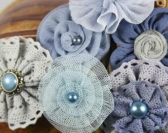 Fleurs en tissu prima : Madrigal Blossom bleu Nocturne soie / mousseline de soie / Tulle / assortiment de dentelle de coton tissu fleurs avec Pearl Center.