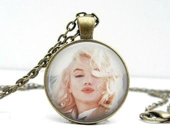Marilyn Monroe Necklace: Kisses. Glass Picture Pendant Photo Pendant (1138)