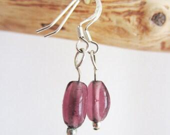 Petite boucle d'oreille perle violette