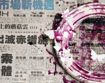 Mixed media art. Toile avec des bandes dessinées asiatiques, journaux, porcelaine de limoges en grès et porcelaine.
