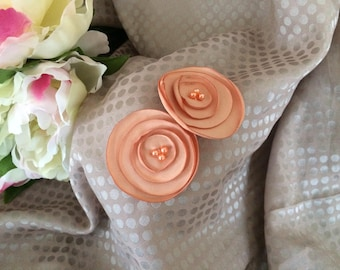 Flower 4 cm in salmon orange satin with pearls
