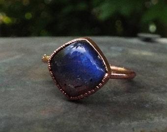 Labradoritring, US 6.75, Spektrolith, Kupferring, Kristallring, Edelsteinring, Boho ring, Labradorite ring, Crystal ring, Raw Crystal ring