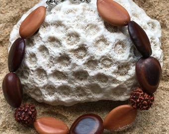 Bracelet with natural seeds from the West Indies M101