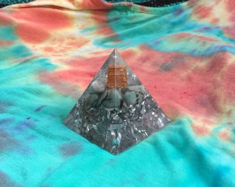 Emerald and Quartz Orgone Pyramid Tower Buster - Great for Meditation, Reiki, Heart Chakra Healing - May Birthstone - Taurus Gemini