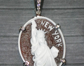 "Cameo pendant ""New York"" in 18kt gold. / Pendant in 18 kt gold / silver option also available"