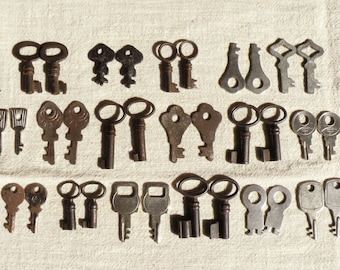 Sale - 34 Small Keys for Earrings - Tiny Keys - Small 17 Vintage Pairs Keys - Vintage Supplies for Jewelry - Vintage Skeleton Keys (S-50b)