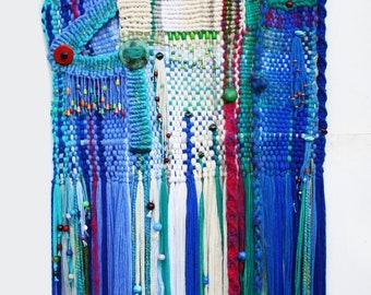 Santorin-tapisserie fait en technique mixte, de tissage et de macramé.