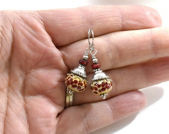 Rot gepunktet Lampwork Ohrringe, silberne Ohrringe, rot und Creme Ohrringe, Murano Ohrringe, Antik Silber Ohrringe, Boho Ohrringe, AE124