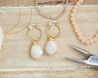 Aretes de cristal genuino, color blanco nacarado con arracadas en chapa de oro