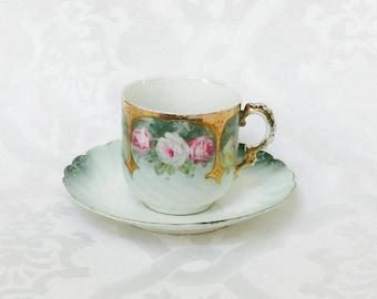 Antike große europäische Rose Porzellan Kaffee Tee-Tasse und Untertasse aus den 1800er Jahren Rosenstrauß Rosa grün weiß Gold Shabby Chic