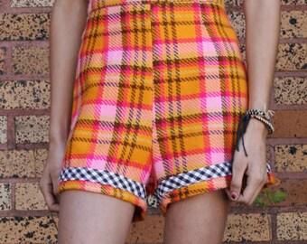 High Waist Shorts in bunten Plaid