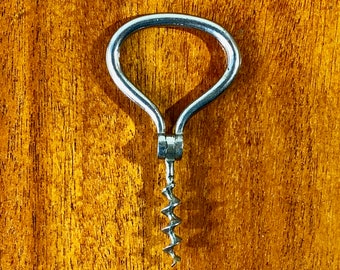 FREE WORLDWIDE SHIPPING - Easy to go with 1960s corkscrew with nice patina in metal for your next bottle of wine!