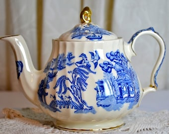 Sadler Blue Willow Pattern Teapot Capacity Two Cups Tea - 1950s Blue and White English China with Gold Trim for Cottage Decor