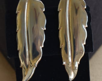 "Pretty Vintage Gold tone Feather Clip Earrings, ""Bartek"", 50's  (Y2)"