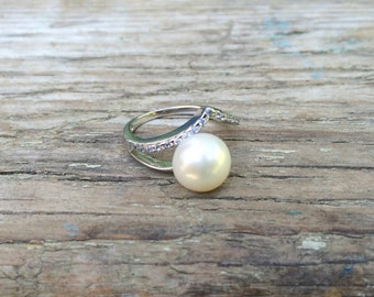 Thin silver pearl ring/ contemporary pearl ring/ unique white pearl ring size 6.5/ Natural white freshwater pearl modern ring