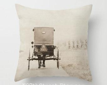 """Housse de coussin AMISH BUGGY 16 x 16"""". Photo d'Art par TMCdesigns. Tons sépia. Décor à la maison. Cheval, transport, route de campagne. Signe de l'attention. Foi. PA"""
