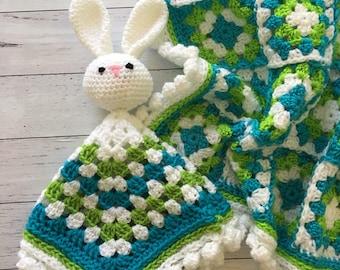Gehaakte oma vierkante baby deken en knuffelen konijn