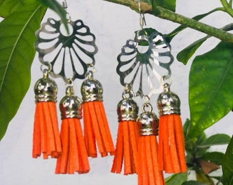 Handmade tendrils with 1 or 3 pompoms and silver base. Handmade Earrings with 1or 3 tassel.
