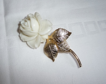 Vintage 1940's Plastic / Celluloid 3 Dimensional Rose & Gold Plated Leaf Brooch