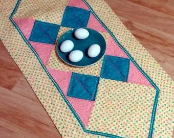 Tischläufer für Ostern, Tischdecke mit Ostereier, handgefertigte Steppdecke, Ostern Familienessen, Geschenk für Mama für Ostern Abendessen, Kinder Dekoration