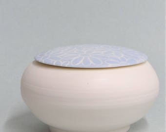 Bowl with blue lid made of porcelain