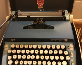 Vintage and in Mint condition Smith and corona Sterling typewriter with rigged case and key. Mint mint mint condition.