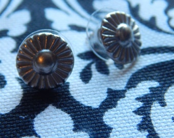 Silver metal upcycled Sunflower button post earings, stud earring, Retro style. Spring, denim button earrings