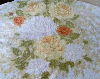 Fantastic Fieldcrest Royal Velvet bath towel with yellow and orange roses
