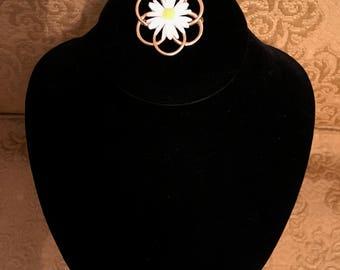 Gold Circle and Daisy Pin