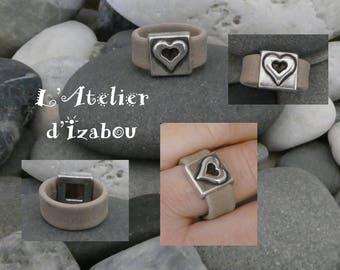 Bague-Chevalière St Valentin cuir beige mat et passant carré et coeur