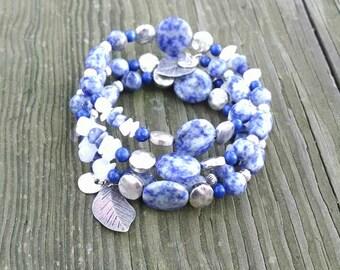 La sodalite et argent, pierres précieuses Bracelet sur fil mémoire, manchette de Sodalite, Bleu Denim, nuances de bleu, en feuilles, bleu Jeans bleu, argent