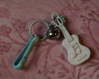 Jahrgang Bell Charme blaue Gitarre musikalische Musikinstrument - Charm-Armband - Halskette - Retro Schlüsselanhänger Clip - Reißverschluss ziehen Kitsch Kawaii - 80er Jahre