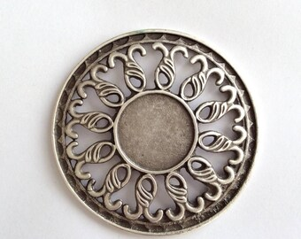 1pc - Matte Silver Plated Rustic Circle with Flower desing pendant-75x75mm-(400-040)