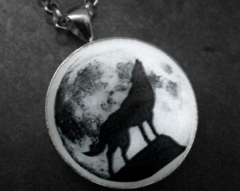 """Howling Wolf with Full Moon Glow in the dark 1"""" Circle pendant"""